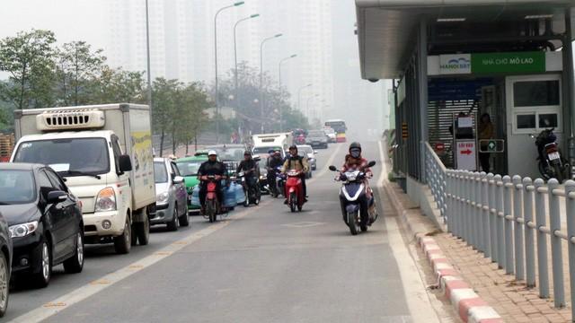 Hà Nội ra quân xử phạt ô tô, xe máy lấn làn buýt nhanh ảnh 2