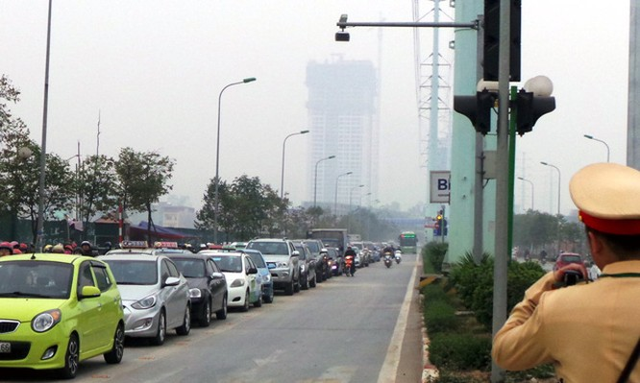 Hà Nội ra quân xử phạt ô tô, xe máy lấn làn buýt nhanh ảnh 1