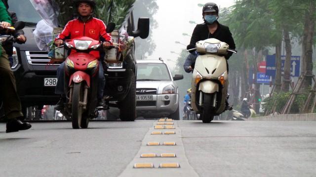 Hà Nội ra quân xử phạt ô tô, xe máy lấn làn buýt nhanh ảnh 3