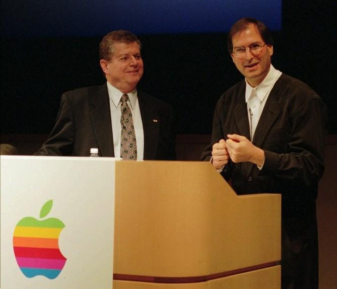 """Loạt ảnh về mối quan hệ """"bạn-thù"""" kỳ lạ của Steve Jobs và Bill Gates ảnh 20"""