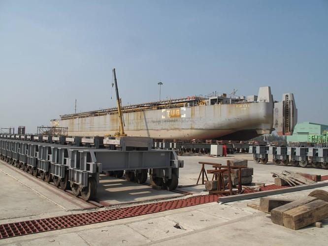 Xe đưa tàu hút bùn của dự án Lạch Huyện vào bãi sửa chữa của Nhà máy sửa chữa tàu biển Nosco - Vinalines. Ảnh Bùi Phú