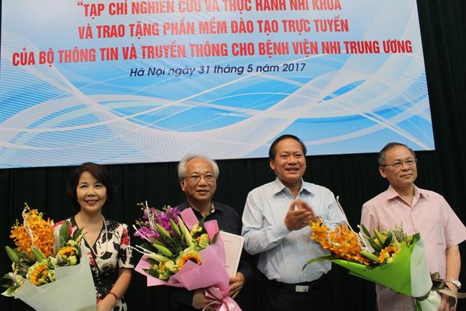 Bộ trưởng Trương Minh Tuấn tặng quà cho Bệnh viện Nhi Trung ương ảnh 1