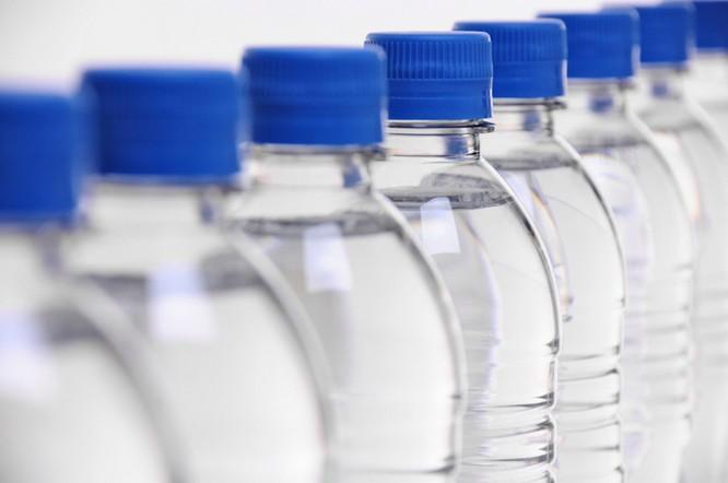Chai nhựa thông minh thay đổi màu sắc khi nước hết hạn ảnh 2