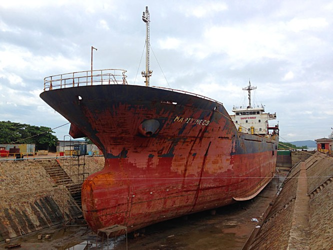 Tàu chở than gặp nạn trong bão, đã cứu được 6 người ảnh 1