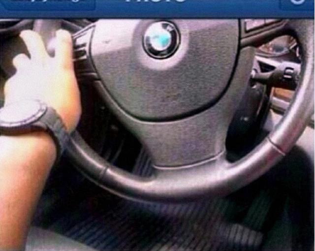 Bức ảnh khoe lái xe BMW của chủ nhân, nhưng gặp ngay hàng tá câu hỏi như chân ga nằm ở đâu, chìa khóa xe ở đâu?