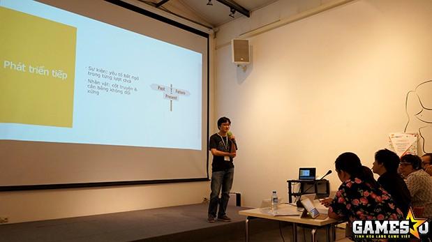 """Thí sinh Dương Viết Dũng đang thực hiện phần thuyết trình sản phẩm board-game """"Núi & Nước"""" lấy cảm hứng từ sự tích Sơn Tinh - Thủy Tinh"""