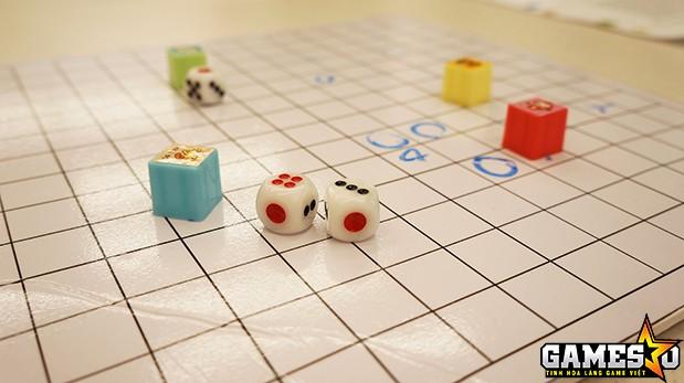 """Từ những vật liệu hết sức giản đơn, viên xúc xắc cùng những ý tưởng sáng tạo, các thí sinh đã hoàn thiện ra những sản phẩm board-game """"made in Vietnam"""""""