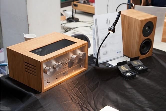 Khi các tín đồ của tai nghe đã hiểu rõ vai trò tối quan trọng của amp/DAC, các sản phẩm đẳng cấp cũng xuất hiện ngày một dày đặc từ khắp mọi nơi trên thế giới. Chord Electronics, Aune và Burson là một vài tên tuổi toàn cầu trong cuộc đua amp/DAC đang ngày một khốc liệt.
