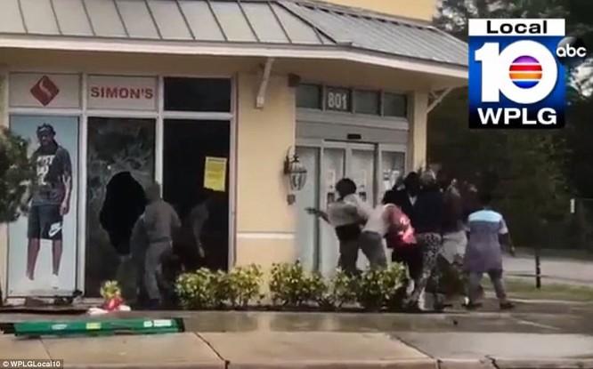 """""""Quái vật"""" Irma cuồng nộ khiến Florida (Mỹ) tan hoang ảnh 11"""