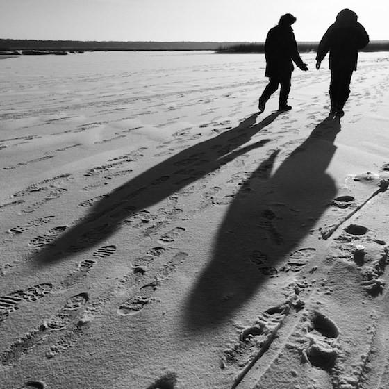 Khi mặt trời xuống thấp, ảnh chụp sẽ để lại bóng dài trên mặt đất. Chúng ta có thể chụp cả vật thể lẫn bóng đổ, nhằm tăng tính nhấn mạnh và sáng tạo cho bức ảnh.