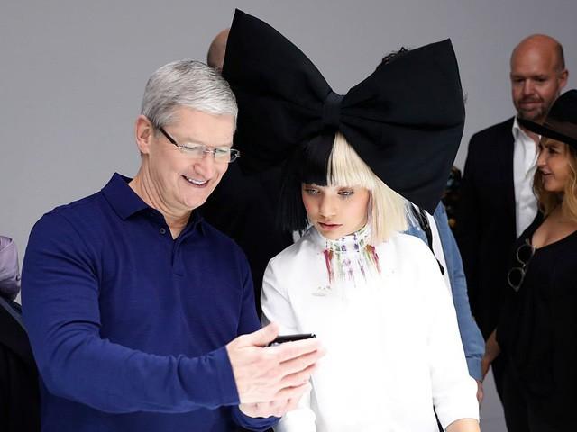 Sau đó, CEO Apple giành thời gian để duyệt email. Số email một ngày mà Tim Cook phải làm việc có thể dao động từ 700-800 cho tới hàng ngàn bức thư. Trong một lần phỏng vấn với tờ ABC, Tim Cook từng thừa nhận ông giành phần lớn thời gian trong ngày để đọc email, hay lắng nghe những ý kiến phản hồi từ người khác. Tuy nhiên công việc này lại khiến ông thích thú.