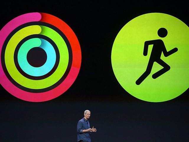 Tim Cook rất nghiêm túc trong các hoạt động thể dục thể thao. Ông luôn giữ được vóc dáng nhờ việc tập fitness, và thậm chí giảm cân nhờ điều này. Apple Watch là thiết bị yêu thích của Tim Cook và ông dùng nó mọi lúc để theo dõi tình trạng sức khỏe của mình.