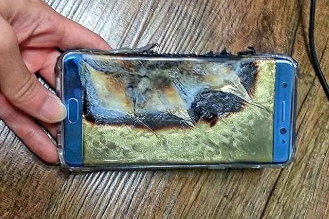 Samsung Galaxy J7 bất ngờ bốc cháy trên máy bay ảnh 1