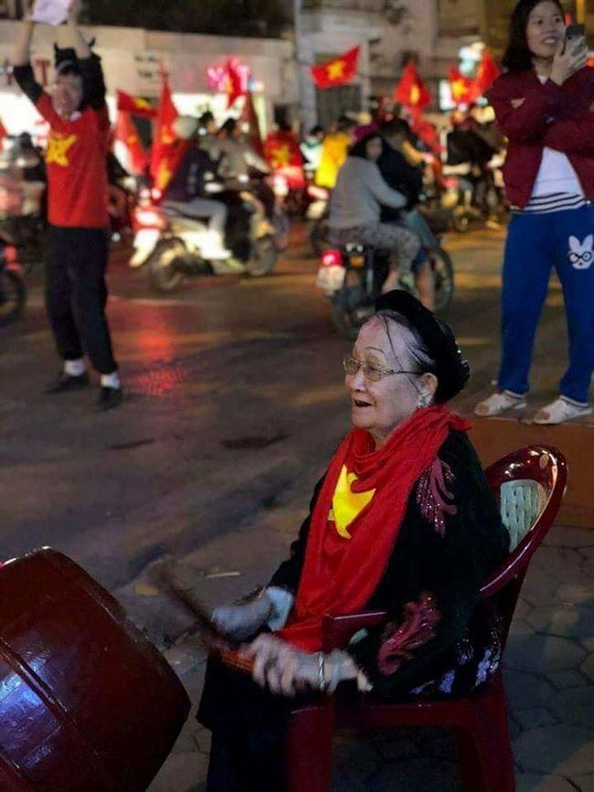 Đến cụ bà cũng đánh trống vui mừng vì chiến thắng của U23 VIệt Nam