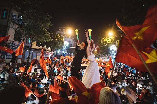 Cực độc cặp đôi Hà Nội chụp ảnh cưới cùng lúc U23 Việt Nam chiến thắng ảnh 2