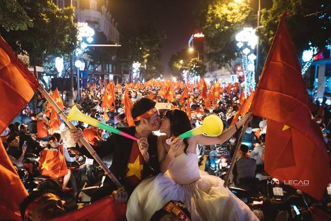 Cực độc cặp đôi Hà Nội chụp ảnh cưới cùng lúc U23 Việt Nam chiến thắng ảnh 3