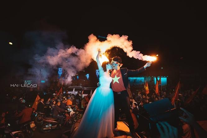 Cực độc cặp đôi Hà Nội chụp ảnh cưới cùng lúc U23 Việt Nam chiến thắng ảnh 4
