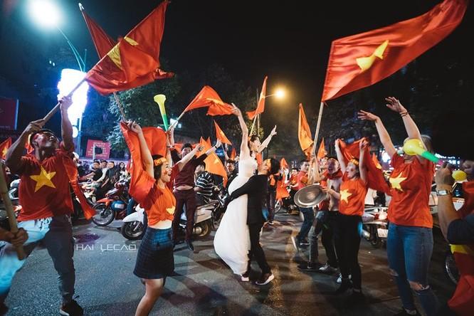 Cực độc cặp đôi Hà Nội chụp ảnh cưới cùng lúc U23 Việt Nam chiến thắng ảnh 5