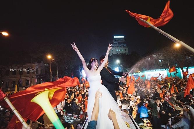 Cực độc cặp đôi Hà Nội chụp ảnh cưới cùng lúc U23 Việt Nam chiến thắng ảnh 6