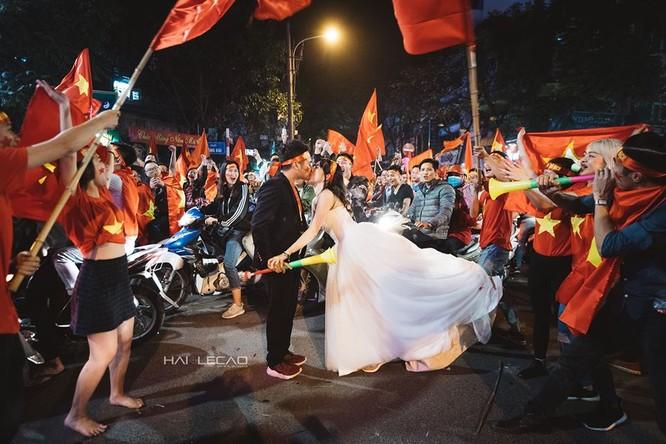 Cực độc cặp đôi Hà Nội chụp ảnh cưới cùng lúc U23 Việt Nam chiến thắng ảnh 7