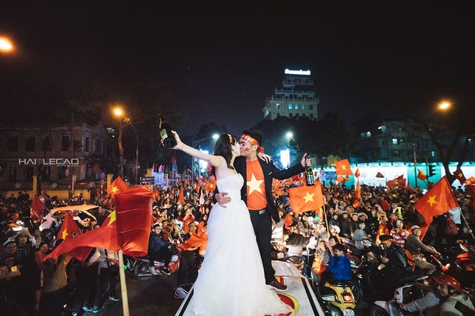 Cực độc cặp đôi Hà Nội chụp ảnh cưới cùng lúc U23 Việt Nam chiến thắng ảnh 8