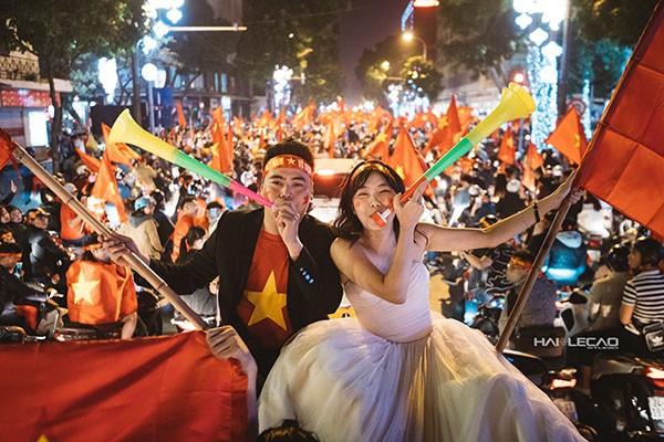 Cực độc cặp đôi Hà Nội chụp ảnh cưới cùng lúc U23 Việt Nam chiến thắng ảnh 1