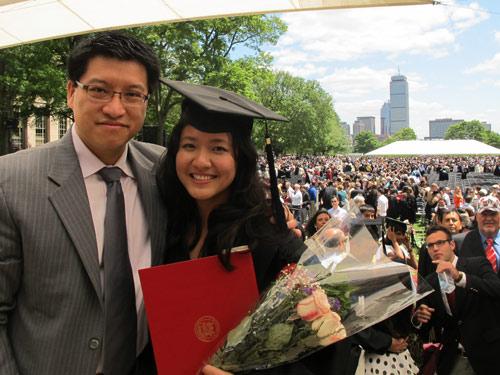 Bà Kiều Trang cùng chồng tại buổi lễ tốt nghiệp thạc sĩ quản trị kinh doanh tại Trường Quản trị Sloan của MIT
