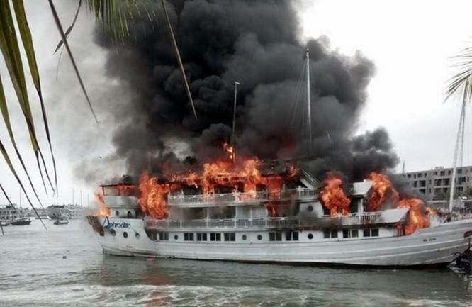 Tàu du lịch cháy dữ dội, nhiều người nhảy xuống biển Hạ Long ảnh 6