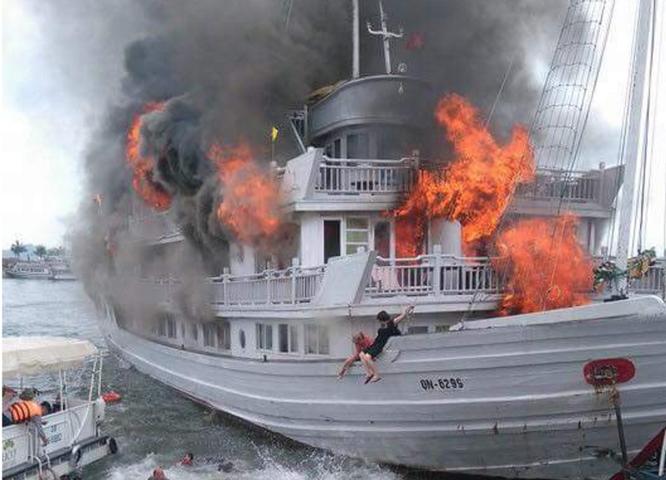 Tàu du lịch cháy dữ dội, nhiều người nhảy xuống biển Hạ Long ảnh 4