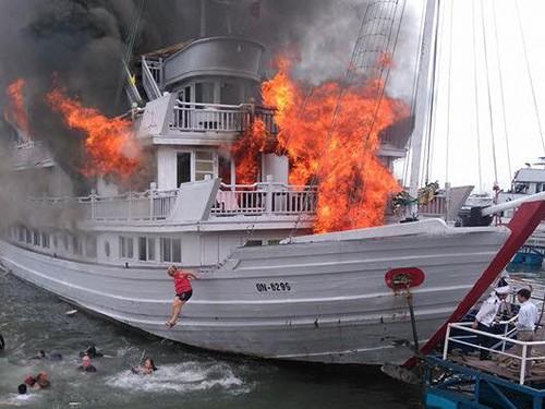 Tàu du lịch cháy dữ dội, nhiều người nhảy xuống biển Hạ Long ảnh 2