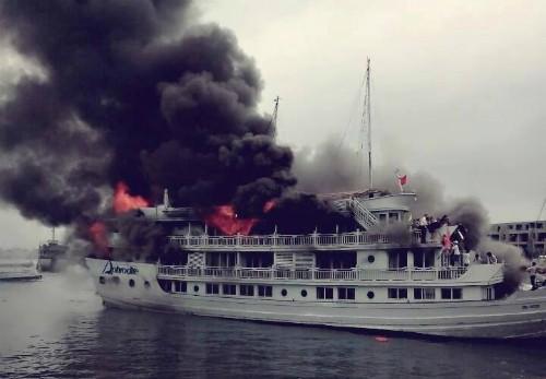 Tàu du lịch cháy dữ dội, nhiều người nhảy xuống biển Hạ Long ảnh 1