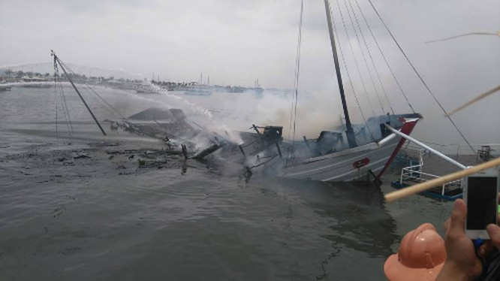 Tàu du lịch cháy dữ dội, nhiều người nhảy xuống biển Hạ Long ảnh 3