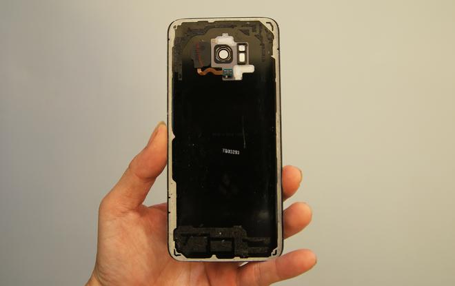 Việc mở máy ban đầu khá khó khăn, bởi Samsung đã sử dụng keo để dính chặt các mối tiếp xúc, phục vụ cho mục đích chống nước. Sau khi tháo, module cảm biến vân tay vẫn dính vào nắp lưng này.