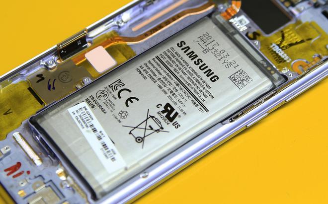 Máy sử dụng pin Li-ion 3.000 mAh (11,55 Wh), được sản xuất tại Samsung SDI Việt Nam. Phần vỏ bọc bên ngoài khá dày và chắc chắn, phần góc được nới rộng nhằm tránh tình trạng tiếp xúc gây tổn thương cho pin. Việc pin smartphone này được làm kỹ càng hơn cũng là điều dễ hiểu, bởi công ty Hàn Quốc đã từng gặp nạn với Galaxy Note 7 vì pin.