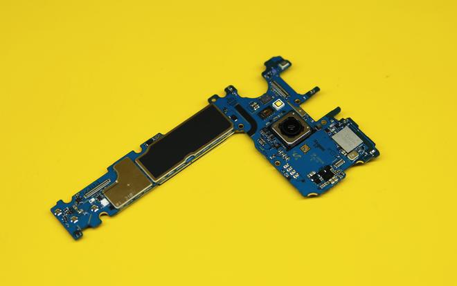Bảng mạch bao gồm bộ nhớ 64 GB, RAM 4 GB... cùng với cụm camera sau, đèn flash và cảm biến đo nhịp tim.