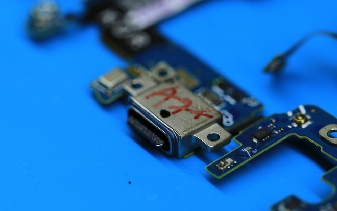Galaxy S8 sử dụng cổng cắm USB Type C.
