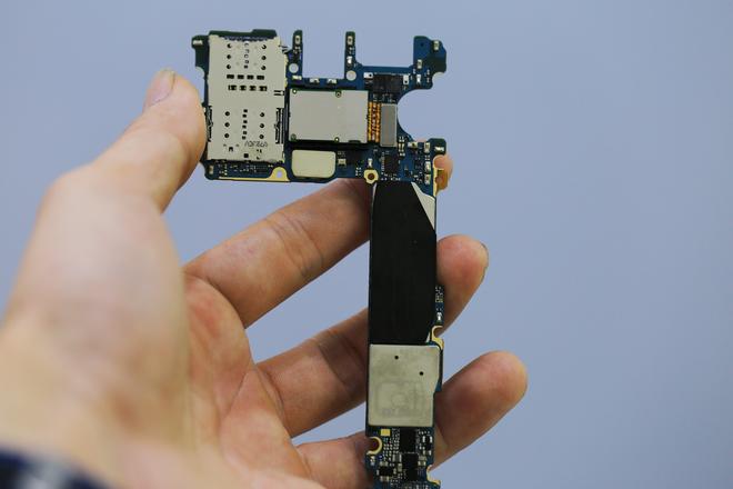 Mặt sau của bo mạch chủ Galaxy S8.