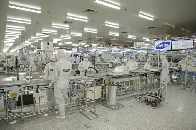 Bên trong nhà máy sản xuất được chia làm 3 khu riêng biệt: khu vực sản xuất màn hình tinh thể lỏng (LCM), k hu vực lắp ráp thành phẩm và khu kiểm tra chất lượng.