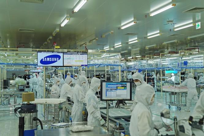 Toàn bộ công nhân trong khu LCM phải mặc đồng phục chống tĩnh điện, đeo găng tay, khẩu trang. Nhiệt độ luôn được duy trì ở mức 20-24 độ C. Theo Samsung, 70% giá trị của một chiếc TV là màn hình và 70% giá trị của màn hình chính là tấm nền tinh thể lỏng, do đó điều kiện sản xuất phải cực kỳ nghiêm ngặt.