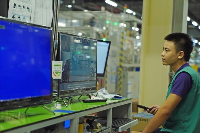 Nhà máy sản xuất TV Samsung lớn thứ 2 thế giới tại VN 16:28 02/05/2017 Samsung SEHC tại TP.HCM là tổ hợp nhà máy sản xuất TV và các thiết bị điện tử gia đình lớn thứ 2 thế giới, với tổng sản lượng chiếm 19% nhà máy Samsung toàn cầu. Nha may san xuat TV Samsung lon thu 2 the gioi tai VN hinh anh 1 Tổ hợp nhà máy Samsung Electronics Ho Chi Minh Complex (SEHC) được khởi công từ giữa năm 2015 và chính thức đi vào hoạt động từ năm 2016. Đây là nhà máy sản xuất màn hình TV và các thiệt bị điện tử gia dụng lớn thứ 2 thế giới của Samsung, sau nhà máy ở Mexico. Nha may san xuat TV Samsung lon thu 2 the gioi tai VN hinh anh 2 Hiện tại, đối với dòng sản phẩm LED, sản lượng sản xuất của SEHC chiếm 19% trong tổng số các nhà máy Samsung toàn cầu . Trung bình sẽ có khoảng 1,1 triệu sản phẩm được xuất xưởng trong một tháng. Nha may san xuat TV Samsung lon thu 2 the gioi tai VN hinh anh 3 Bên trong nhà máy sản xuất được chia làm 3 khu riêng biệt: khu vực sản xuất màn hình tinh thể lỏng (LCM), k hu vực lắp ráp thành phẩm và khu kiểm tra chất lượng. Nha may san xuat TV Samsung lon thu 2 the gioi tai VN hinh anh 4 Toàn bộ công nhân trong khu LCM phải mặc đồng phục chống tĩnh điện, đeo găng tay, khẩu trang. Nhiệt độ luôn được duy trì ở mức 20-24 độ C. Theo Samsung, 70% giá trị của một chiếc TV là màn hình và 70% giá trị của màn hình chính là tấm nền tinh thể lỏng, do đó điều kiện sản xuất phải cực kỳ nghiêm ngặt. Nha may san xuat TV Samsung lon thu 2 the gioi tai VN hinh anh 5 Tiếp theo là khu lắp ráp thành phẩm. Tại đây, màn hình sẽ được chia làm 2 loại theo kích thước, sau đó đi qua khu vực kiểm tra tự động, các công nhân sẽ đóng gói phụ kiện và dán mã vạch cho sản phẩm. Nha may san xuat TV Samsung lon thu 2 the gioi tai VN hinh anh 6 Trong công đoạn lắp ráp sẽ có một khâu kiểm tra lại các lỗi của sản phẩm trước khi đóng gói. Nha may san xuat TV Samsung lon thu 2 the gioi tai VN hinh anh 7 Kỹ thuật viên của nhà máy sẽ kiểm tra ngẫu nhiên một chiếc TV nào đó để rà soát lại xem sản phẩm