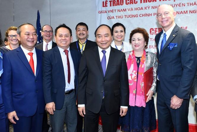 Thủ tướng Nguyễn Xuân Phúc chụp ảnh lưu niệm tại Lễ ký kết