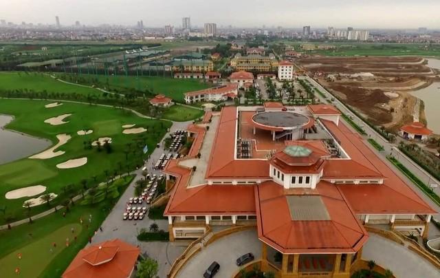Him Lam Palace được quảng cáo là nhà hàng tiệc cưới 4 sao duy nhất nằm trong sân golf, có sức chứa 2.000 người và có cả bãi đáp trực thăng riêng.