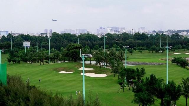 """Sân golf Tân Sơn Nhất không chỉ hoành tráng, thiết kế đẹp mà có khung cảnh """"độc"""" và lạ. Đó là cảnh máy bay liên tục cất cánh và hạ cánh. Các sân B, C và D nằm gần đường băng nên nghe rất rõ tiếng động cơ máy bay gầm rú khi cất cánh.(Ảnh: Nguyễn Quang)"""