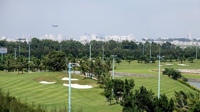 Từ hướng đường Tân Sơn, phóng tầm mắt qua khu sân A có thể nhìn thấy máy bay hạ cánh...