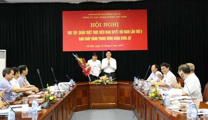 Ông Đinh Việt Thắng nhận quyết định . Ảnh: Cục hàng không Việt Nam