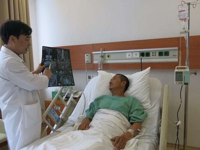 Anh Thủy được giải thích, tư vấn về phương pháp nội soi tán sỏi qua da dưới định vị siêu âm