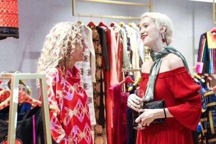 Không chỉ đặt mục tiêu phục vụ khách hàng trong nước, VFD còn kỳ vọng sẽ đưa thời trang Việt vươn tầm thế giới. Rất nhiều khách quốc tế tham gia buổi tiệc đã tỏ ra vô cùng thích thú với những thiết kế mang đậm nét văn hóa phương Đông nhưng vẫn bắt kịp xu hướng thế giới. Trong hình: NTK Laura Fontan của thương hiệu Chula đang trò chuyện cùng khách.