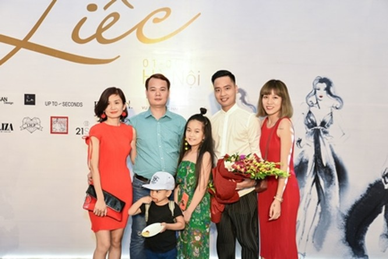 """NTK Đức Hải (áo trắng) chia sẻ: """"Có rất nhiều người yêu thời trang đang ở đây để chiêm ngưỡng các BST của các NTK Việt. Đó là sự ủng hộ đầu tiên của khách hàng với VFD, và chắc chắn sẽ còn nhiều sự ủng hộ tích cực nữa dành cho những thiết kế tuyệt vời đậm chất Việt thế này""""."""