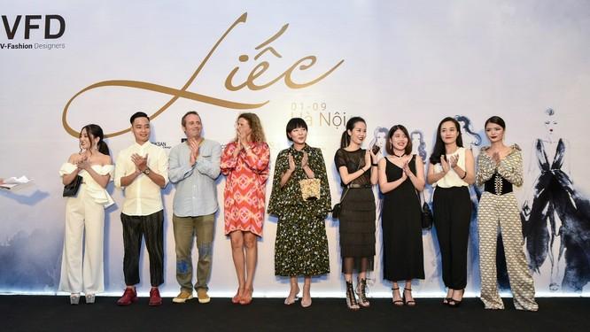 Hơn 200 khách mời cùng các nhà thiết kế, người mẫu, người nổi tiếng… đã thực sự thăng hoa trong bữa tiệc thời trang và âm nhạc đẳng cấp. Trong hình (từ trái sang): NTK Dương Trần – chủ thương hiệu Linksan, NTK Vũ Trần Đức Hải, NTK Diego và Laura – chủ thương hiệu Chula, NTK Devon Nguyen – chủ thương hiệu SOL by Devon Nguyen, NTK Sandy Đoàn – chủ thương hiệu 21Six và các đại diện đến từ thương hiệu Up to second, Lumos, I Hate Fashion.