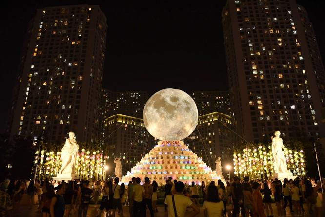"""""""Siêu trăng"""" độc đáo tại Vincom Mega Mall Royal City thu hút khách tham quan"""